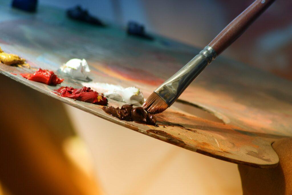 芸術の制作活動をしているイメージ画像